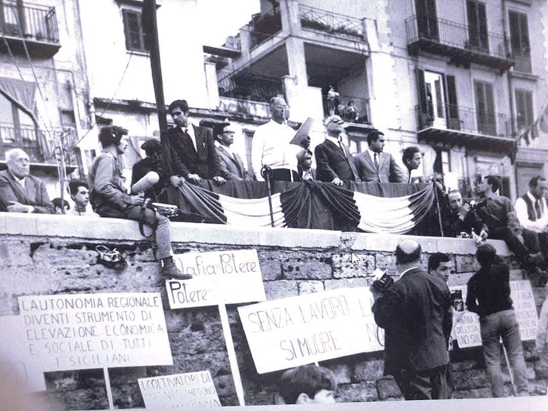 4 130 Impastato Franco Alasia, Francesco Calcaterra, Orazio De Guilmi con camicia bianca e braccio ingessato in basso lo storico fotografo di cronaca Scafidi.